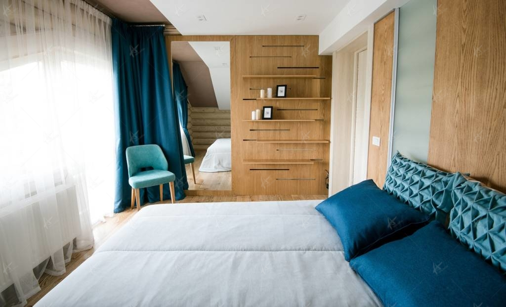 стул и кровать