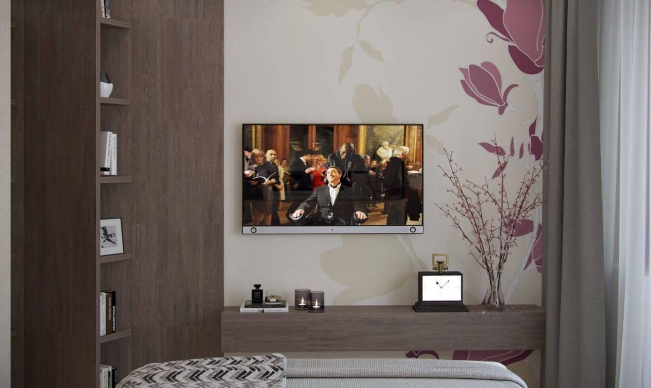 Шоколад — телевизор в спальной комнате